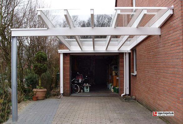 Beispiel Nr. GD31.2   Durch die schmale Glaseindeckung wurde der vom Bauamt geforderte Mindestabstand von 3m zur Nachbargrenze eingehalten. Nur so war der Carportbau genehmigungsfähig.