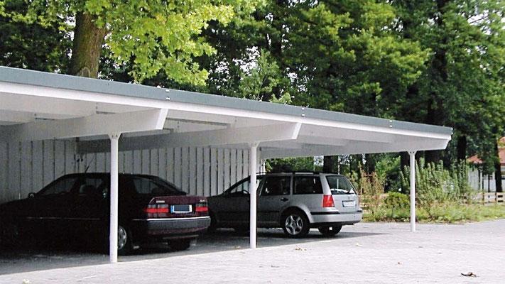 Beispiel Nr. SORC16    Reihencarport an einem Hotel in Bad Driburg. Hier wurden Leimbinder mit Stahlpfosten kombiniert. Auch der Dachrand wurde mit einer Metallblende ausgebildet.