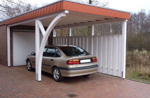 Beispiel-Nr. BR-11   Carport BREMEN vor einer Garage montiert. Hier MONZA-Bogenpfosten, Seitenwand, Weißgrundierung und Schieferumrandung als Extras.