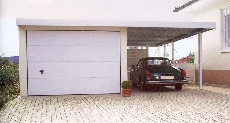 Beispiel-Nr. AnCa4    Anbaucarport an Garage mit Vordach, hier Stützen und Attika in weiß. Im rückwärtigen Teil Abtrennung für Müllgefäße