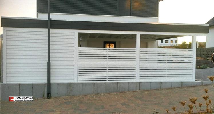 Beispiel-Nr. MGR-4.2   Weißgrundierung, Flachdach-Glasaufsatz, Breitblende und Carportwände als Offene Rhombuslattung sind einige Extras, die sich dieser Bauherr gegönnt hat. in6