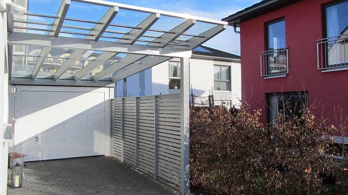 Beispiel Nr. GD15.2   Glasdach-Carport aus hochwertigem Leimschichtholz. Seitenwand zum Nachbarn.