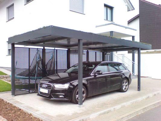 Beispiel-Nr. ST-A   Einzelcarport mit Zusatzpfosten für Extra Seitenwand  Typ C-Stahlfüllung mit Quadratlochung, Extra Gründach-Bausatz. Farbgebung RAL 7016