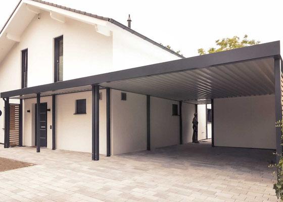 Beispiel-Nr. ST-K    Doppelcarport mit angebautem Haustür-Vordach . Als Extra wählte dieser Bauherr die Verkleidung der Carportdach-Unterseite.