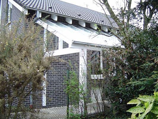 Beispiel Nr. GD20.2    Das Glasdach des LIPPE-Carports nimmt die Dachneigung des Wohnhauses auf.