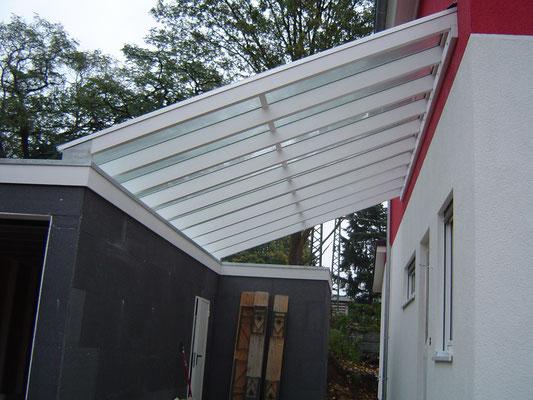 Beispiel-Nr. GD 41   Glasüberdachung zwischen Hauswand und Garage.