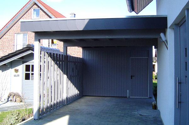Beispiel-Nr. WA-23     Grau deckgrundiertes KÖLN-Wandcarport mit hintergebauter Gerätekammer in Berlin. Frontblende hier mit Schieferattika.