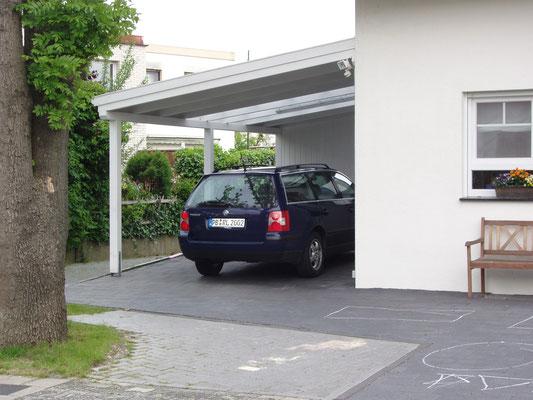 Beispiel-Nr. LDS-13     LANDSHUT-Carport in weiß mit Lichtband im Dachbereich in Ost-Westfalen.