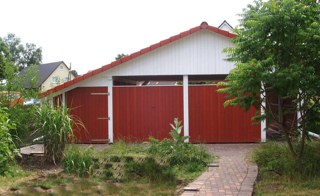 Beispiel-Nr. MST-20.6    MÜNSTER Giebeldachcarport vom Garten aus gesehen.