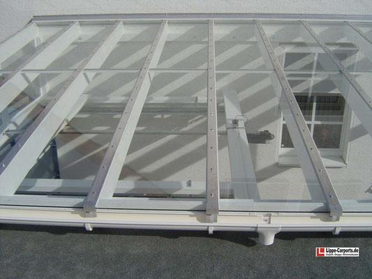Beispiel Nr. GD2.6   Draufsicht auf die Glaseindeckung. Die Verbundsicherheits-Glasscheiben sind mit einem wetterfesten Aluminium-Sprossensystem abgedichtet.