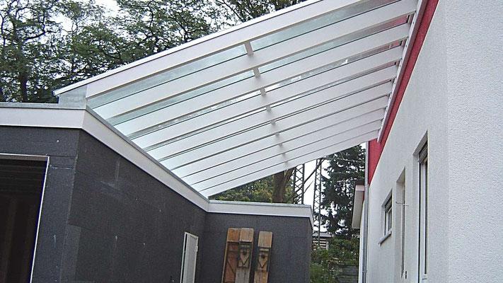 Beispiel Nr. GD12   Glasdach mit Schräge vom Wohnhaus auf die Garage. Entwässerung über das Garagendach. Auch die Garage ist von LIPPE-Carports und Garagen.