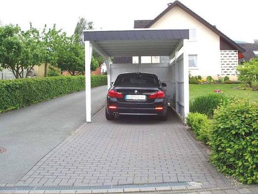 Beispiel-Nr. BR-17   Weißes BREMEN-Carport mit Schieferblende als Extra