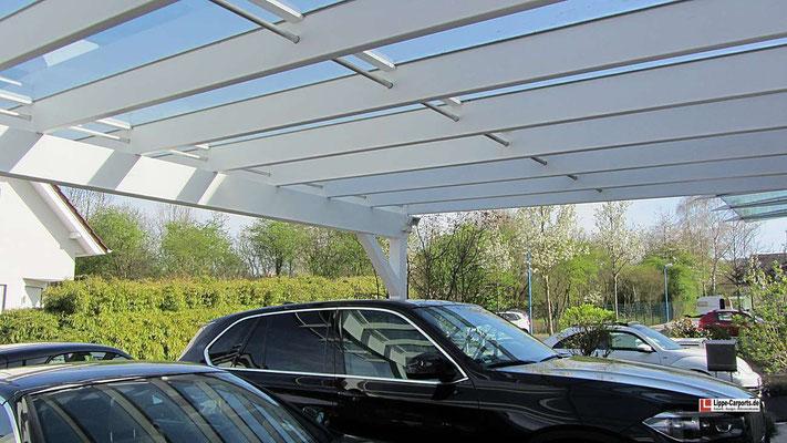 Beispiel Nr. GD1.5    In Deckenebene bestellte dieser Carportkunde noch die Metall-Zierstangen aus dem Glasdachcarport-Zubehörprogramm.