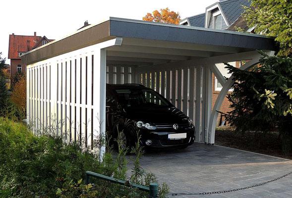 Beispiel-Nr. BR-14   BREMEN Carport mit großem vorderen Dachüberstand, weißgrundierte Holzkomponenten