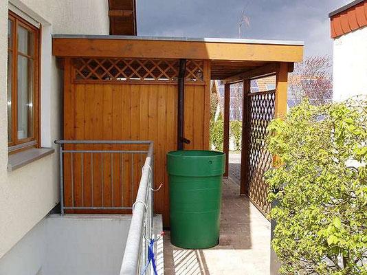 Beispiel-Nr. BR-19.2   An der Rückseite bestand der Wunsch einer Rückwand mit Durchgangsmöglichkeit in den Garten. Die Regenrinne wurde hier wunschgemäß verkleidet.