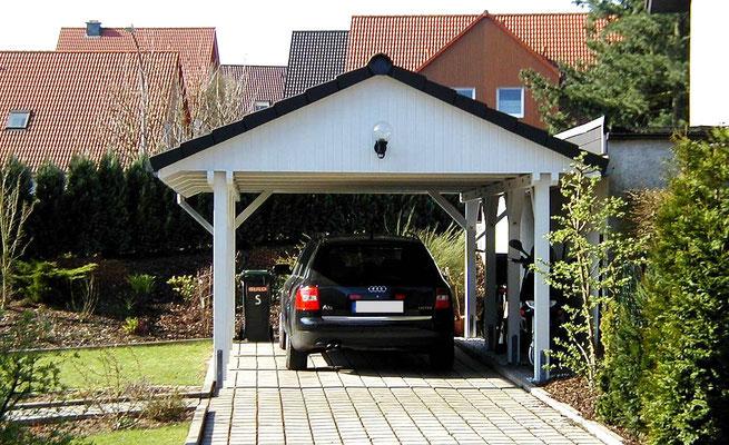 Beispiel-Nr. MST-13    MÜNSTER-Satteldachcarport für 1 PKW. Seitliche Dachüberstände wie vom Bauherrn gewünscht. Weißgrundierung als Extra.