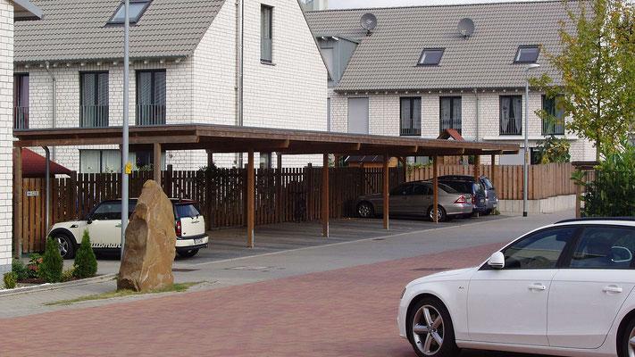 Beispiel Nr. SORC32   Carport Reihenanlage in einer Wohnsiedlung. Hier sehen Sie eine kesseldruckimprägnierte Ausführung im Farbton Herbstbraun.