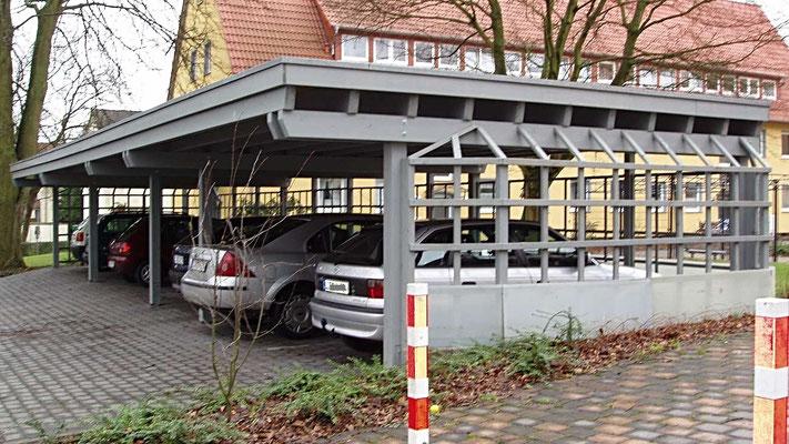 Beispiel Nr. SORC14    Carportanlage in RAL Grau mit seitlichen Rankgalerien an einer Wohnanlage .