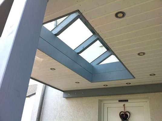 Beispiel-Nr. GD 39.2    Das Carport überdacht auch den Hauseingang und erhielt einen Glas-Aufsatz im Dach.