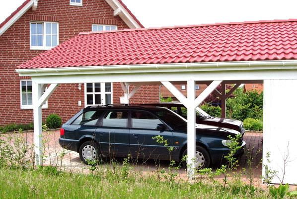Beispiel-Nr. MST-1.4   Gleicher Dachbelag wie am Wohnhaus. Das ist bei Lippe-Carport Typ MÜNSTER selbstverständlich möglich.