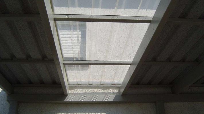 Beispiel Nr. SORC29   Die lichtundurchlässigen Stahltrapez-Dachplatten sollem im Sommer Schatten spenden. Hier werden sie allerdings wegen der darunterliegenden Fenster an 2 Stellen durch Lichtplatten unterbrochen.