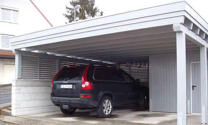 Beispiel-Nr. MGR-22.2   Die linke Seite wurde auf einer vorbereiteten Mauer installiert. Sichtschutzwand dort mit sog. Offener Holzlattung.