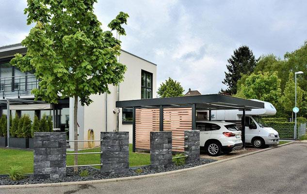 Beispiel-Nr. ST-M  Doppelcarport anthrazit plus Seitenwand Offene WPC- Lattung und Dachbegrünung. Dachüberstände vorn und hinten 120cm.Sch