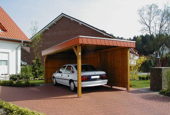 Beispiel-Nr. BR-8  Kiefernfarbiges BREMEN-Carport mit roter Schieferumrandung. Seitenverkleidung mit Nut-Feder Profilen bis oben geschlossen.