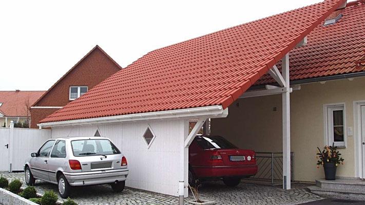 Beispiel Nr. SOC1.2   Das Dach überkragt das Dach des Wohnhauses. Der Bauherr wünschte viele Extras wie z.B. eine Sichtschutzwand mit OPTIK-Fenster zur Strassenseite.