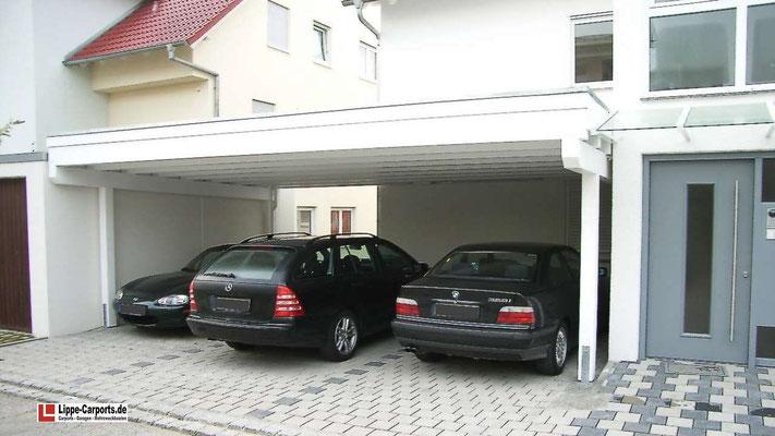Beispiel Nr. SORC27.2    Das 3er Carport wurde exakt in die für ein Carport vorgesehene Lücke eingepasst. Weißgrundierung ist hier ein Extra sowie die Dachverstärkung für eine bauseitige Dachbegrünung.