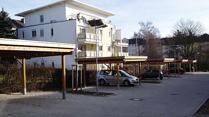 """Beispiel Nr. SORC9    Reihencarport mit """"Grünflächenunterbrechungen"""" an einer Wohnanlage in Solingen. Kesselvacuumdruckimprägnierte Ausführung herbstbraun."""
