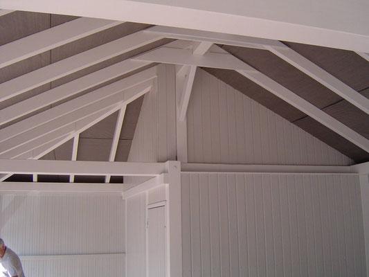 Beispiel-Nr. RHO-5.3    Nut-Feder Profilbrettverkleidung der Gerätekammer beim Walmdach bis unter die Dachunterseite.