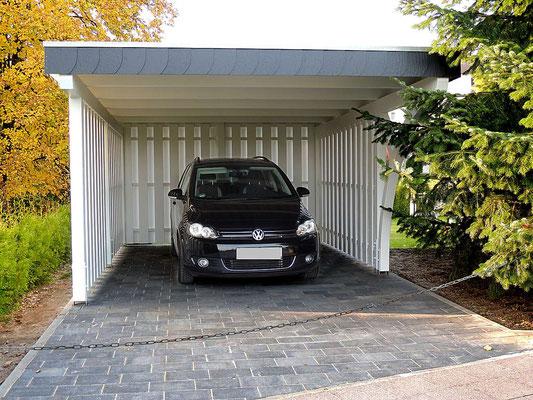 Beispiel-Nr. BR-14.2    Sichtschutz aus versetzt angebrachten Glattkant-Brettern bieten viel Schutz vor Wind und Wetter.