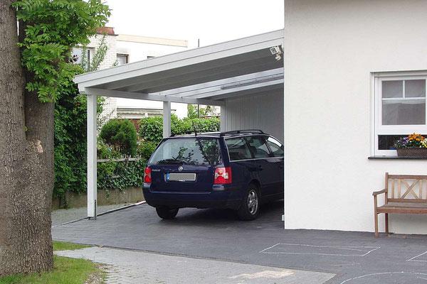 Beispiel-Nr. LDS-5   Landshut-Schrägdach-Carport mit Lichtausschnitt in Bielefeld. Weißgrundierung als Extra