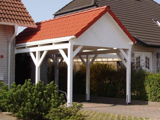 Beispiel-Nr. MST-15.2    MÜNSTER Carport hier mit Weißgrundierung, eingearbeitete Regenrinnen in die Dachkonstruktion, Fischgrät-Giebelverkleidung.