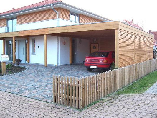 Beispiel-Nr. MGR-30.4    Doppelcarport mit Eingangsüberdachung fertig aufgebaut an einem Wohnhaus in Niedersachsen.