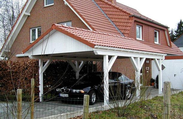 Beispiel-Nr. MST-7    Carport Modell MÜNSTER mit Echt-Ziegeleindeckung vor einem Wohnhaus in Paderborn.