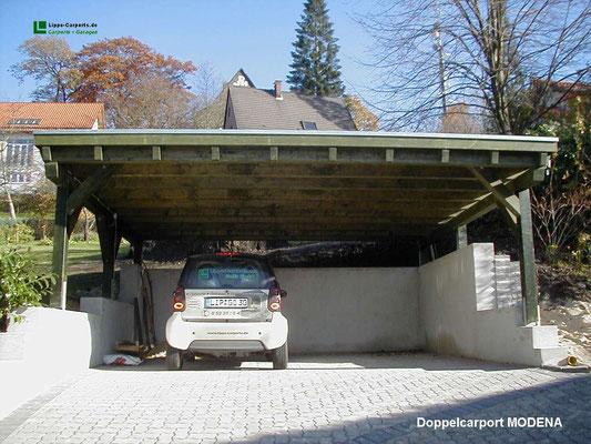Beispiel-Nr. M-5    MÜNCHEN Doppelcarport Flachdach hier auf einer Mauer montiert. Sonderblende mit Zierköpfen als Extra. Farbgebung Tannengrün.