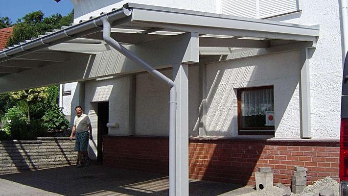 Beispiel Nr. SORC28    Dreiercarport im lippischen Schwalenberg vor einem Wohnhaus.
