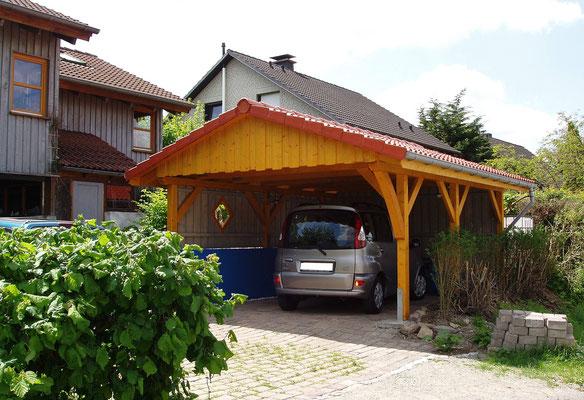 Beispiel-Nr. MST-19    Breiteres Einzelcarport Typ MÜNSTER mit Giebeldach. Farbgebung hier KIEFER.