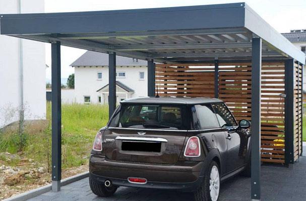 Beispiel-Nr. ST-C    Einzelcarport mit kleiner Gerätekammer untergebaut, Offene Holzlattung Lärche Rhombusprofil sowie Aufsatzrahmen für Dachbegrünung.