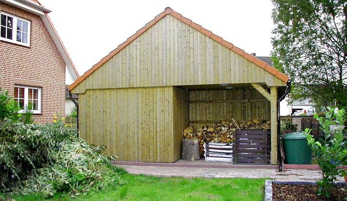 Beispiel-Nr. MST-16.5     Ansicht der Rückseite. Hier wurde eine größere Nische für ein Holzlager eingeplant. So bleibt das Holz trocken und gut durchlüftet.