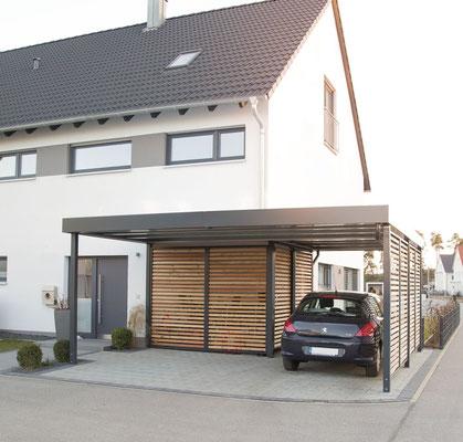 Beispiel-Nr. ST-D   Carport mit kleiner Gerätekammer, Wände Offene Holzlattung, Stahlpfosten und Attika Farbgebung RAL 7016 anthrazite