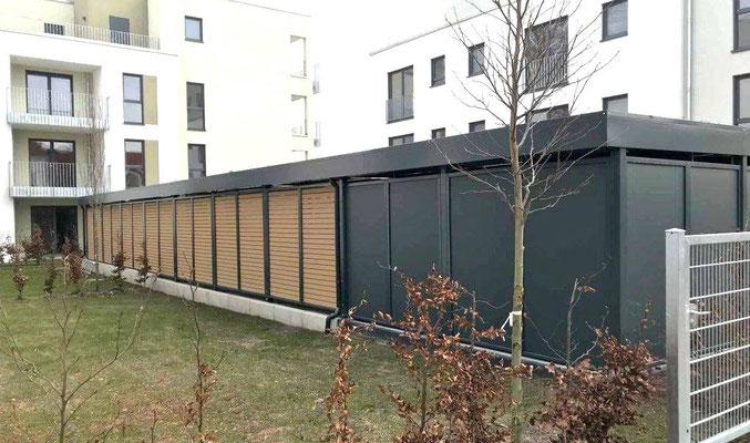 Beispiel-Nr. STRC20.2    Rückwände bei dieser Carportanlage mit glatten Stahlplatten in anthrazit lackiert sowie Holzlattung.