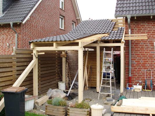Beispiel-Nr. MST-4.2    Zum Garten hin wird hier noch ein Schleppdach angebaut. Dort sird eine Gerätekammer ausgebaut.