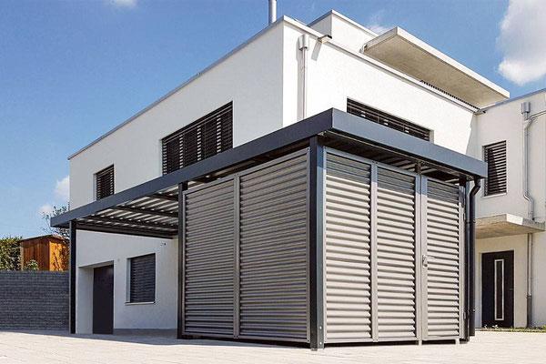 Beispiel-Nr. ST-Q  Schickes Einzelcarport mit hintergebauter Gerätekammer. Wände Stahlwellprofil RAL nach Wahl lackiert.