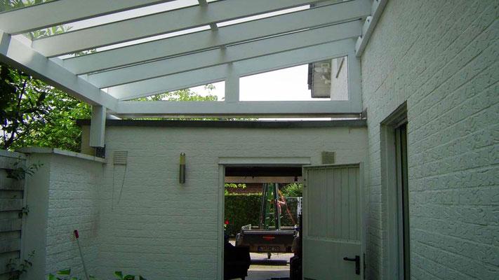 Beispiel-Nr. GD33.2  Glasdachcarport vor-hinter einer Garage. Plus ein Giebeldreieck mit Verglasung über der Garage.