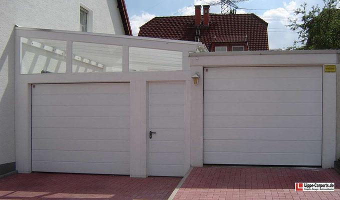Beispiel-Nr. LDS-21    LANDSHUT-Schrägdach Carport mit Echtglas-Eindeckung in weiß zwischen Haus und Garage. Sektionaltor, Nebentür und Giebelverglasung zusätzlich.