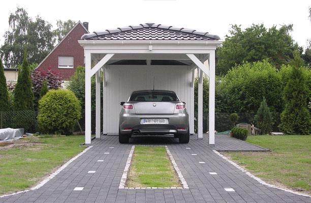 Beispiel-Nr. RHO-1.2   RHÖN Walmdachcarport für 1 Auto. Weißgrundierung als Extra.