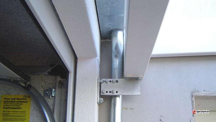 Beispiel Nr. GD24.4   Einstellbare Spezial-Stahlkonsolen fixieren den Wandbalken an der Betongarage und ermöglichst den Einbau einer Entwässerungsrinne.